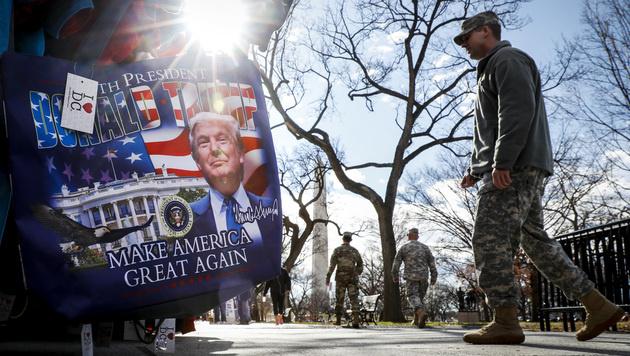 Zahlreiche Soldaten am Capitol Hill (Bild: AP)