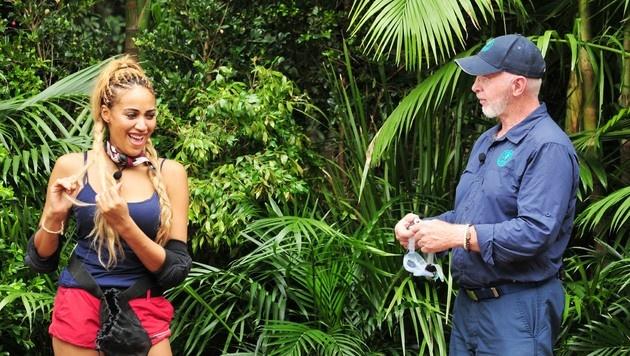 Dr. Bob erklärt Sarah Joelle die Dschungelprüfung. (Bild: RTL)