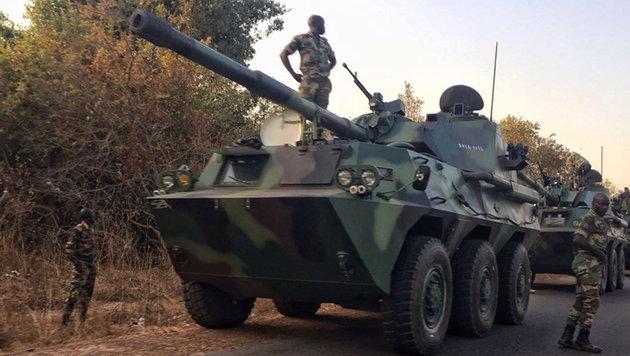Truppen des Senegal marschieren in Gambia ein (Bild: AP)