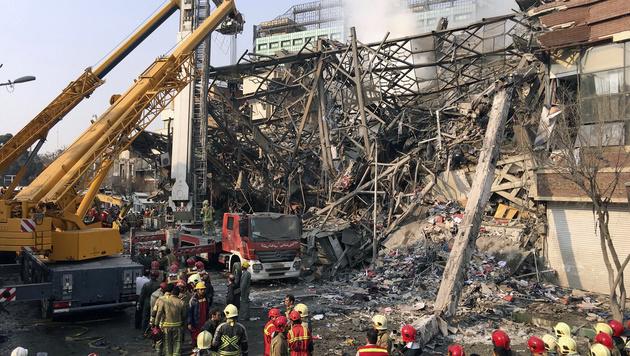 Einkaufszentrum eingestürzt: 20 Helfer getötet (Bild: ASSOCIATED PRESS)