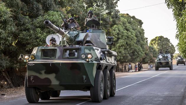 Ein senegalesischer Militärkonvoi rollt in Richtung der Grenze zu Gambia. (Bild: ASSOCIATED PRESS)