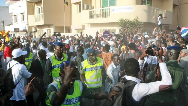 Unterstützer von Präsident Barrow vor der gambischen Botschaft im Senegal (Bild: AFP)