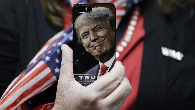 Secret Service nimmt Trump sein Smartphone ab (Bild: AP)