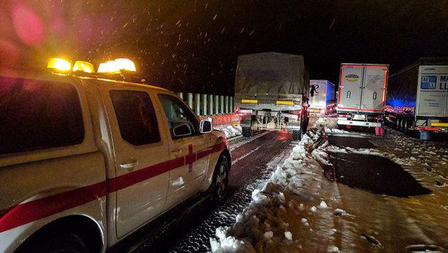 Spanien: 2000 Menschen steckten auf Autobahn fest (Bild: twitter.com/Cruz Roja CV)