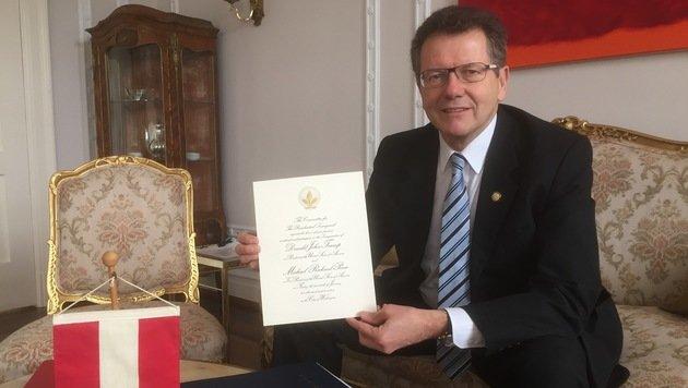 Botschafter Wolfgang Waldner hält eine der heißbegehrten Einladungen in die Höhe. (Bild: Gregor Brandl)