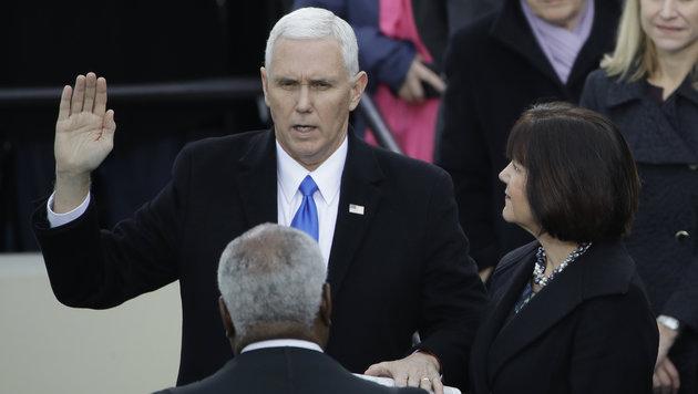 Der neue US-Vizepräsident Michael Pence bei der Vereidigung (Bild: AP)