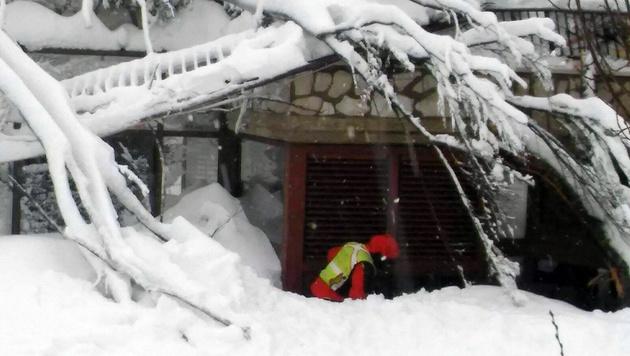 Unter den Schneemassen droht das Gebäude einzustürzen. (Bild: AP)