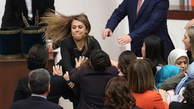 Tumulte im türkischen Parlament während der Abstimmung über die Verfassungsreform (Bild: AFP)