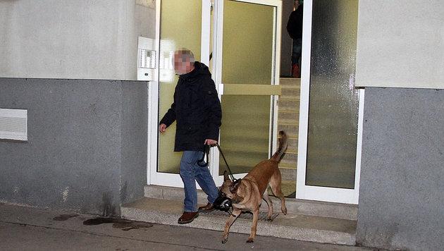 Ein Ermittler mit seinem Sprengstoffspürhund (Bild: Andi Schiel)