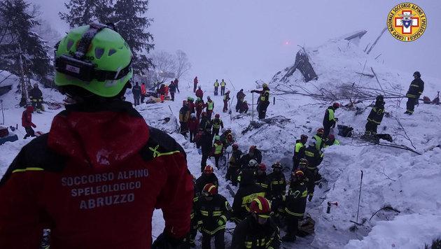 Über 100 Rettungskräfte stehen seit Tagen unermüdlich im Einsatz. (Bild: ASSOCIATED PRESS)
