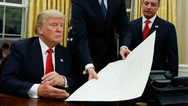 "Trumps 1. Amtshandlung: Dekret gegen ""Obamacare"" (Bild: AP/Evan Vucci)"