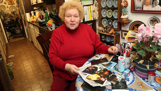 Hobbydetektivin Elisabeth D. mit Fotos des vermeintlichen Betrügers aus dem Internet (Bild: Peter Tomschi)