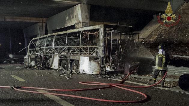 Der Reisebus brannte komplett aus. (Bild: ASSOCIATED PRESS)