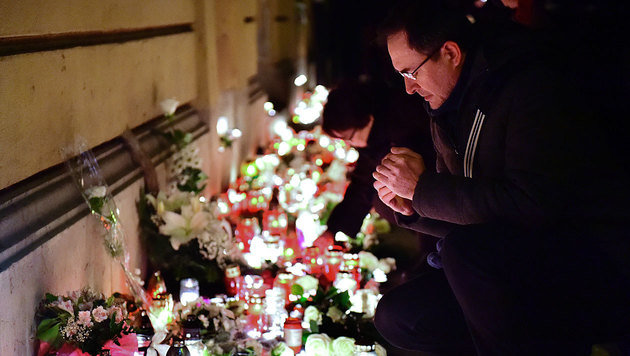 Trauernde gedenken der Opfer vor dem Eingang des Szinyei-Merse-Pal-Gymnasiums in Budapest. (Bild: AFP)