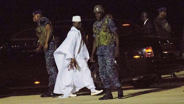 Jammeh auf dem Weg zu seinem Flugzeug (Bild: ASSOCIATED PRESS)