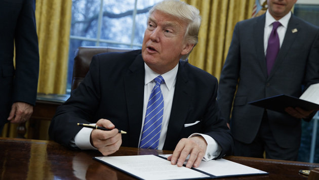 Trump unterzeichnete im Weißen haus ein Dekret zum Ausstieg aus TTP-Abkommen. (Bild: The Associated Press)