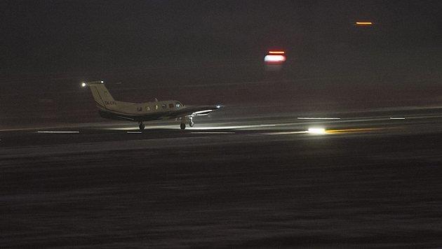 Mit diesem Flugzeug wurden die beiden Schwerverletzten nach Ungarn gebracht. (Bild: EPA)