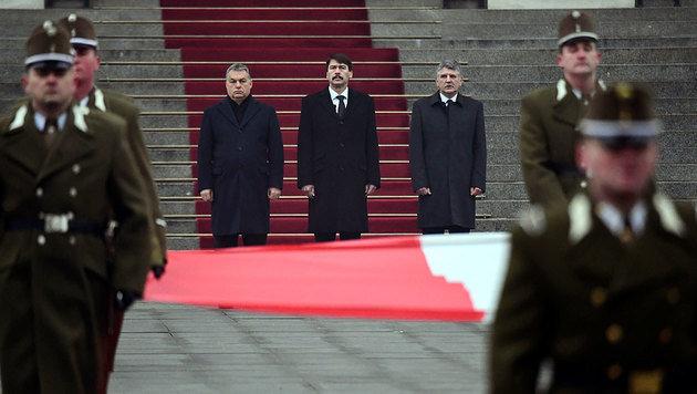 Ministerpräsident Orban, Präsident Ader und Parlamentssprecher Köver bei der Trauerfeier (Bild: AFP)