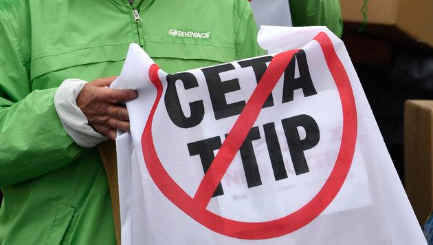 Startschuss zum Volksbegehren gegen TTIP und CETA (Bild: AFP/John Macdougall)