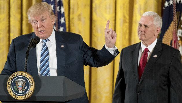 Donald Trump mit Vizepräsident Mike Pence im Weißen Haus (Bild: ASSOCIATED PRESS)
