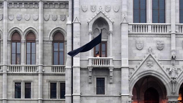 Eine Schwarze Flagge weht am Parlament in Budapest. (Bild: AFP)