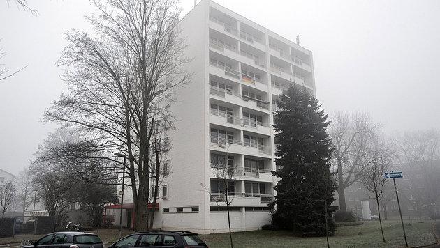 In diesem Haus im deutschen Neuss stürmte das SEK die Wohnung des mutmaßlichen Komplizen. (Bild: APA/dpa/Federico Gambarini)