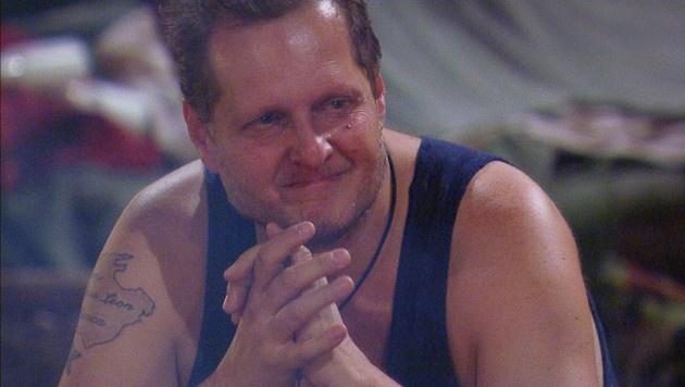 Jens ist zu Tränen gerührt. (Bild: RTL)