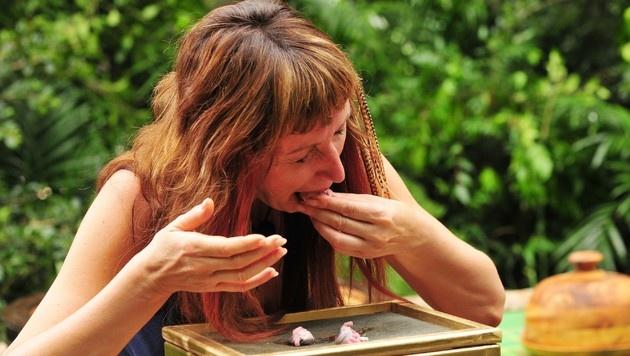 Hanka hat bei der Dschungelprüfung schwer zu schlucken. (Bild: RTL)