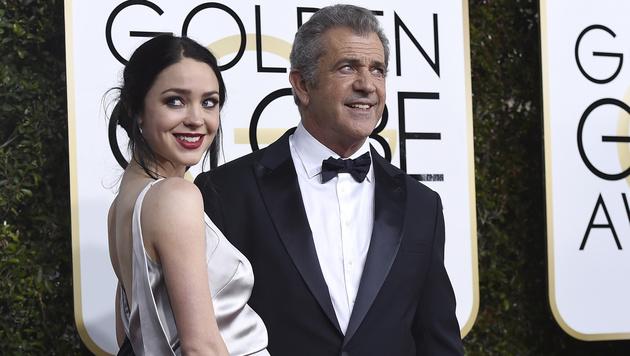 Mel Gibson mit seiner Freundin Rosalind Ross (Bild: 2017 Invision)