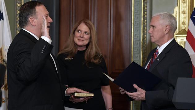 Mike Pompeo, mit Ehefrau Susan, wird von Vizepräsident Mike Pence angelobt. (Bild: AP)