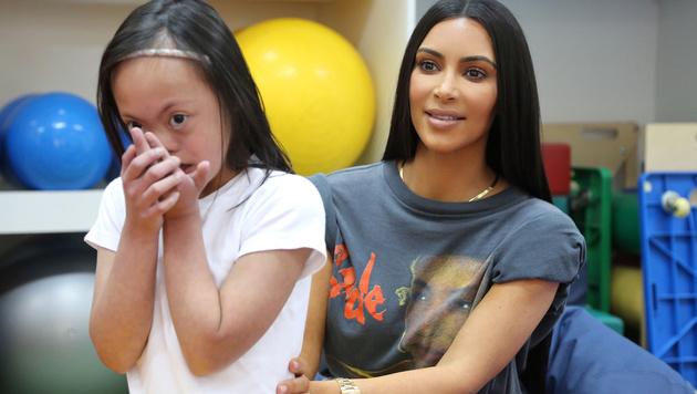 Kim Kardashian auf Besuch in einem Behindertenheim in Dubai (Bild: AFP)