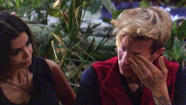 Florian weint, weil er einen Brief von seinem Bruder bekommen hat. (Bild: RTL)