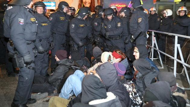 Akademikerball: 2700 Kräfte stehen im Demo-Einsatz (Bild: Peter Tomschi)