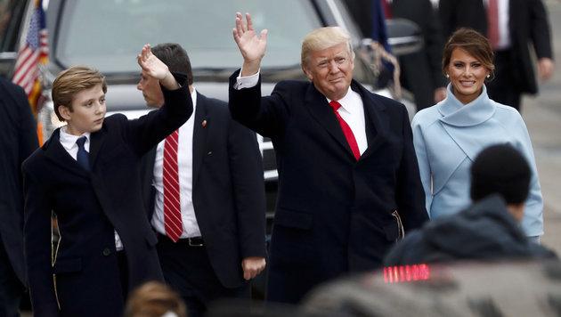 Donald Trump, Sohn Barron und Ehefrau Melania (Bild: AP)