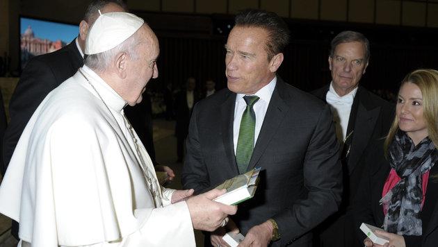 Arnold Schwarzenegger im Gespräch mit dem Papst (Bild: AP)