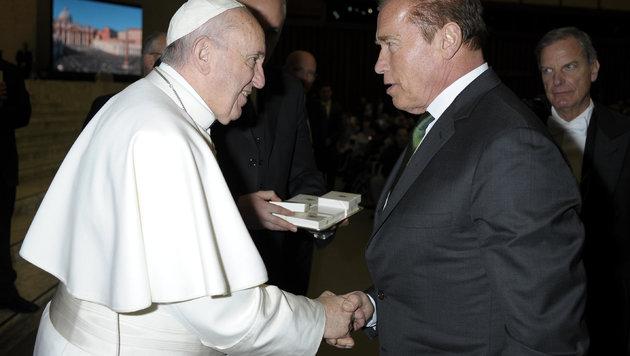 Papst Franziskus schüttelt Arnold Schwarzenegger die Hand. (Bild: AP)