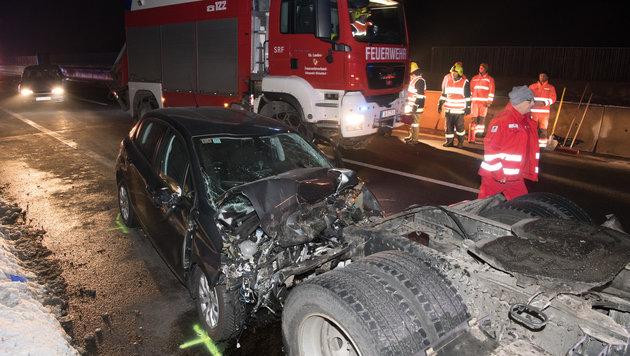 Der Peugeot wurde beim Anprall auf die Lkw-Zugmaschine demoliert, der Lenker (32) starb im Wrack (Bild: FOTOKERSCHI.AT)