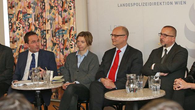 krone.at-Chef Schmitt mit Staatsanwalt Jarosch, Journalistin Schell und Polizeichef Pürstl (v.r.n.l) (Bild: Peter Tomschi)