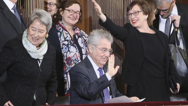 Alt-Bundespräsident Heinz Fischer mit seiner Frau Margit und Doris Schmidauer (Bild: The Associated Press)