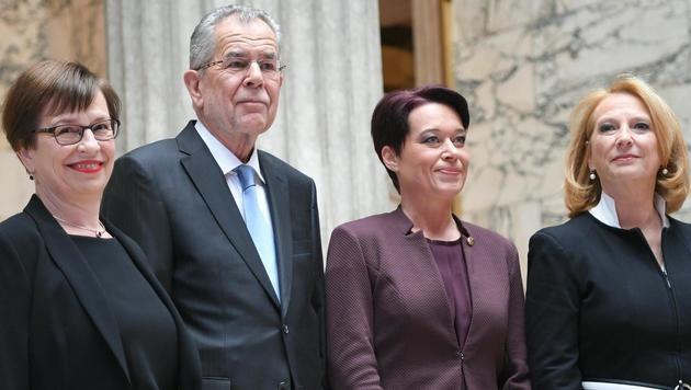 Van der Bellens Frau Doris Schmidauer, VdB, Sonja Ledl-Rossmann und Doris Bures (v.l.) (Bild: APA/ROLAND SCHLAGER)