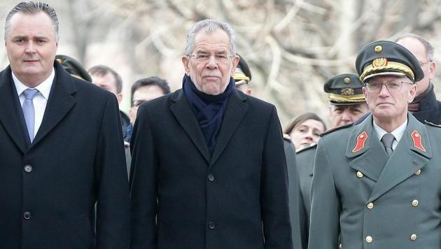 Militärischer Festakt: Doskozil, Van der Bellen und Generalstabschef Othmar Commenda (Bild: APA/GEORG HOCHMUTH)