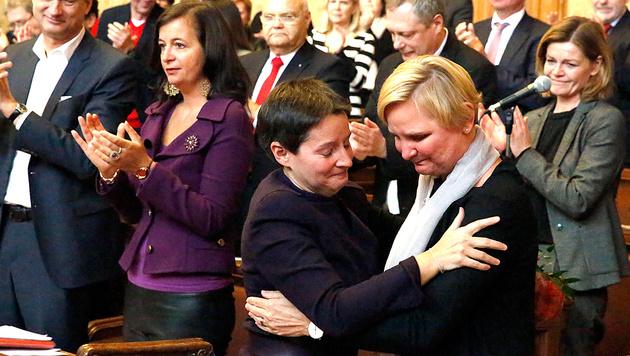Tränenreicher Abschied zwischen Sonja Wehsely und Sandra Frauenberger (Bild: Martin A. Jöchl)