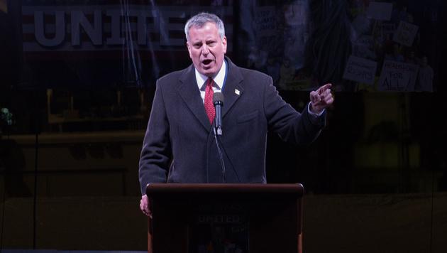 New Yorks Bürgermeister De Blasio will am Widerstand gegen Trumps Einwanderungspolitik festhalten. (Bild: AFP)