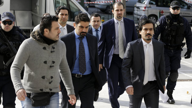 Fünf der acht türkischen Soldaten in Begleitung von Polizisten auf dem Weg zum Obersten Gericht (Bild: ASSOCIATED PRESS)