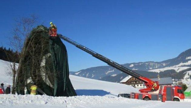 Die Feuerwehr Annaberg half einem Heißluftballon-Piloten, der beim Kreilbauern landete. (Bild: Feuerwehr Abtenau)