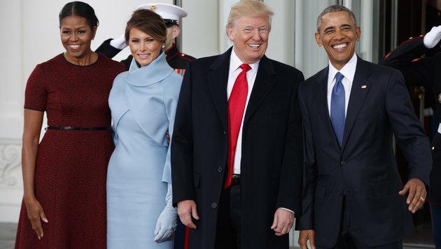 Michelle Obama, Melania Trump, Barack Obama und Donald Trump vor dem Weißen Haus (Bild: AP)