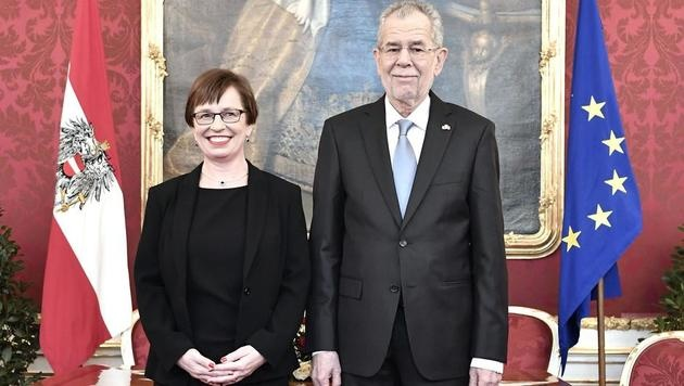 Alexander Van der Bellen und seine Frau Doris Schmidauer in der Präsidentschaftskanzlei (Bild: APA/HANS KLAUS TECHT)