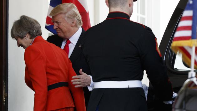 Theresa May und Donald Trump auf Kuschelkurs (Bild: AP)