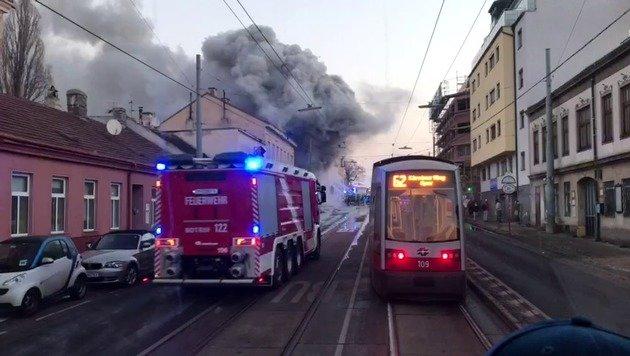 Lodernde Flammen bei Autohausbrand in Wien (Bild: privat)