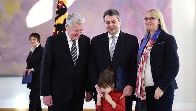 Gabriel brachte seine Ehefrau und seine Tochter zur Angelobung durch Präsident Gauck mit. (Bild: AFP)